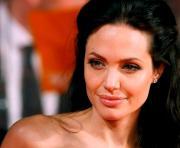 Angelina Jolie (lux) Angelina Jolie - Prémios BAFTA 2009 na Royal Opera House em Londres. 8,Fev 2009. REUTERS/Luke MacGregor (BRITAIN)
